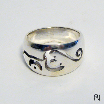 Finger ring ring with OM in openwork font